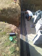 a tu už sa diala náprava po stopnutí murárov mojím stavebným dozorom, nariadené rozobratie a uloženie hydroizolácie, po krajoch pásy v strede tekutá hydroizolácia