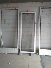 Rehau Geneo 3+ z vonku Nusbaum z vnutra biele... dve skla sme nasli poskodene, pridu vymenit ;)