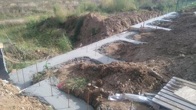 22.9.2016 základ pre oporný múr hotovy
