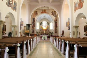 taková výzdoba kostela se mi moooooc líbí,kromě těch mašlí na židlích.
