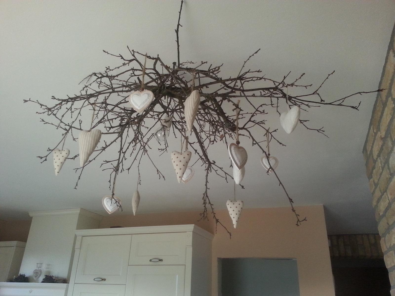 U nás doma  🏠 🌼 🌞👫👭👶 - Nemame ešte luster, tak som si vytvorila sama :-) pár konárikov nejaká dekorácia a tu je výsledok :-)