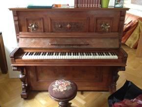 ...že vraj v Luxemburgu bol podaný inzerát,podľa ktorého si záujemca može zobrať zadarmo tento antický klavír s klávesnicami zo slonovej kosti.....oooch,hneď by som si poňho šla :-)