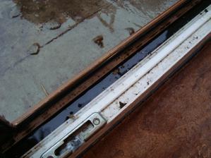 vnutorny ram terasovych dveri plny vody po silnej burke v dec.2012