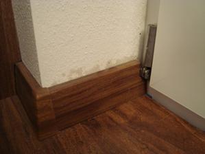 pod podlahou je voda a zacinaju vlhnut steny