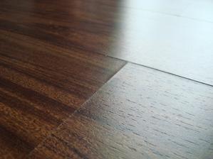 oduta podlaha je vidiet hlavne v spojoch