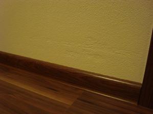 pri bruseni podlahy rotacnou bruskou nam oskreli v kazdej miestnosti nove omietky