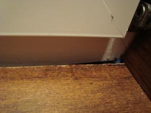 spodny ram a detail na odlistovanu podlahu pri okne ako tam zateka voda,pri silnych mrazoch tu byva centimetrova namraza