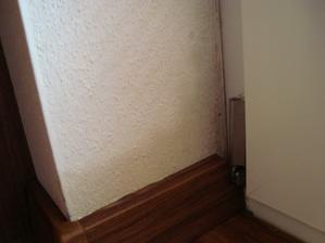 nasiaknute steny na druhy den rano a poskodene podlahove listy