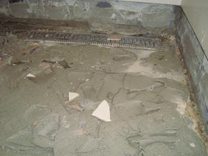 takto to vyzeralo po odstraneni dlazdic, voda madzi lepidlom a slaba hydroizolacia na bokoch stien