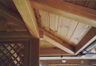 altanok dubovy a strop v nom z kartačovanej borovice