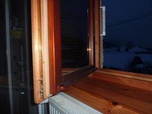 A toto je fotka, škoda že som ten spodok okna neumyl čo som teraz odfotil ako reakciu  na tie nezmysly čo tu plastari  pišu na drevene okna že ich treba stale natierat a podobne  klamstva.