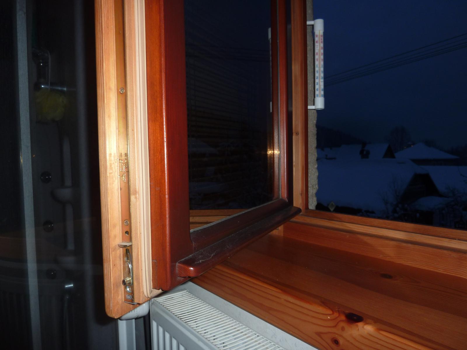 Moja praca, moja radost - A toto je fotka, škoda že som ten spodok okna neumyl čo som teraz odfotil ako reakciu  na tie nezmysly čo tu plastari  pišu na drevene okna že ich treba stale natierat a podobne  klamstva.