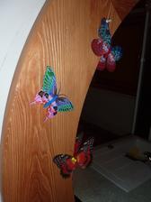 detail - zrkadlo z kartačovanej borovice pre moju lasku, motyliky prileteli z činy
