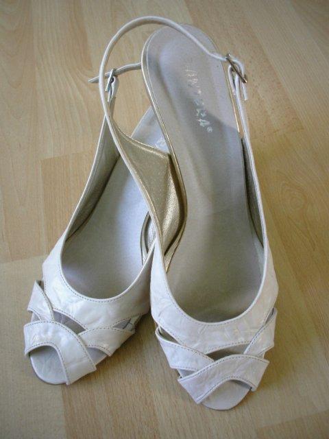 Prípravy na svadbičku - svadobné topánočky- i ked nie podla mojich predstáv ale stačia