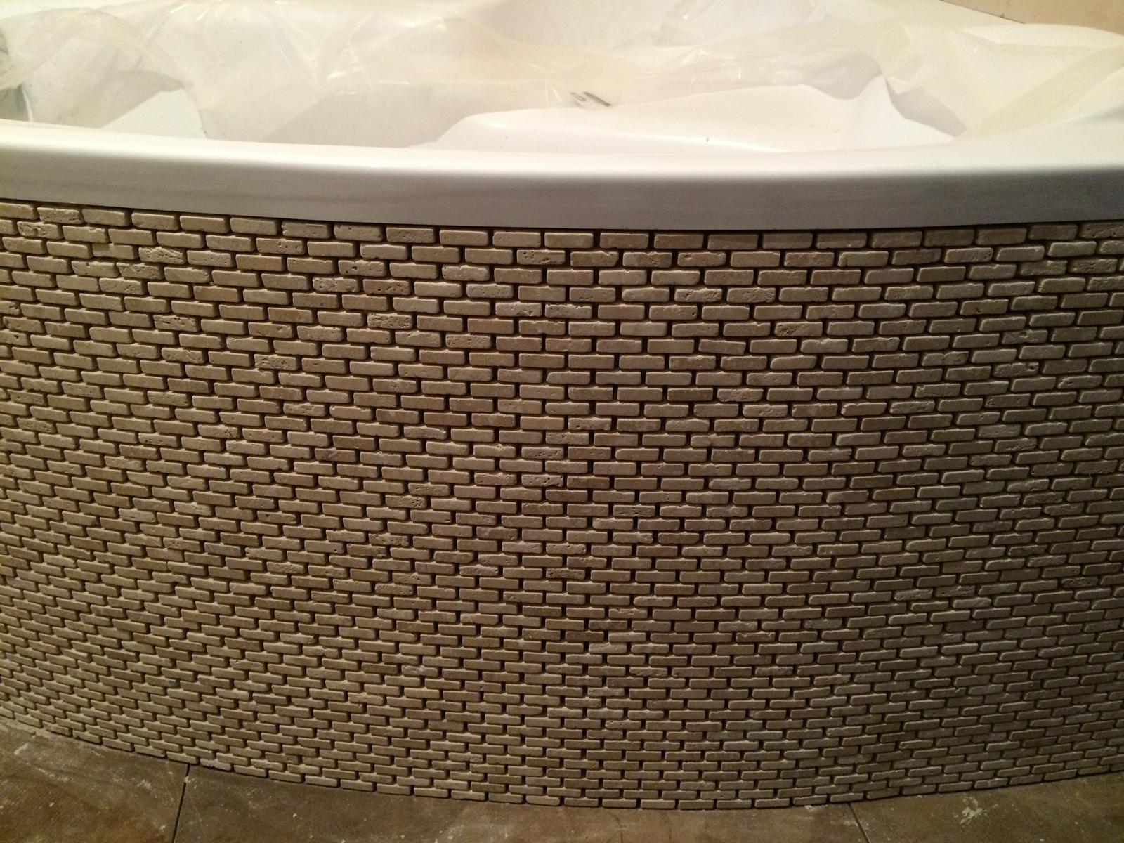 Travertínová mozaika v sprchovom kúte a ako obklad vane - Obklad vane z travertínovej mozaiky