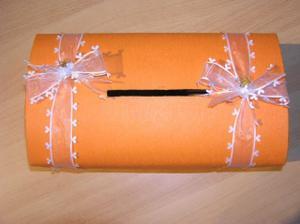 ručně vyrobená truhlička na penízky :) snad něco dostaneme :)