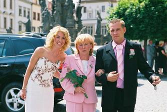 ženich s maminkou a sestrou