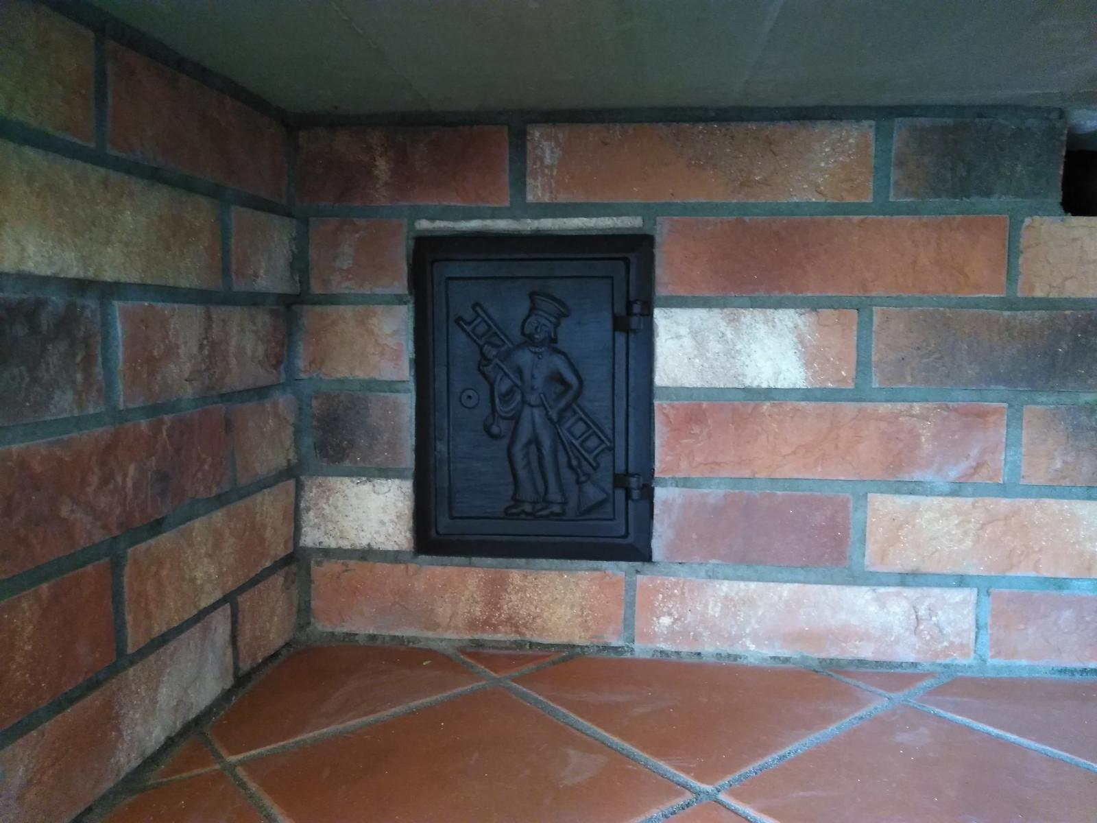 Záhradná kuchyňa - detail čistiacich vrátok od komína pod klenbou...