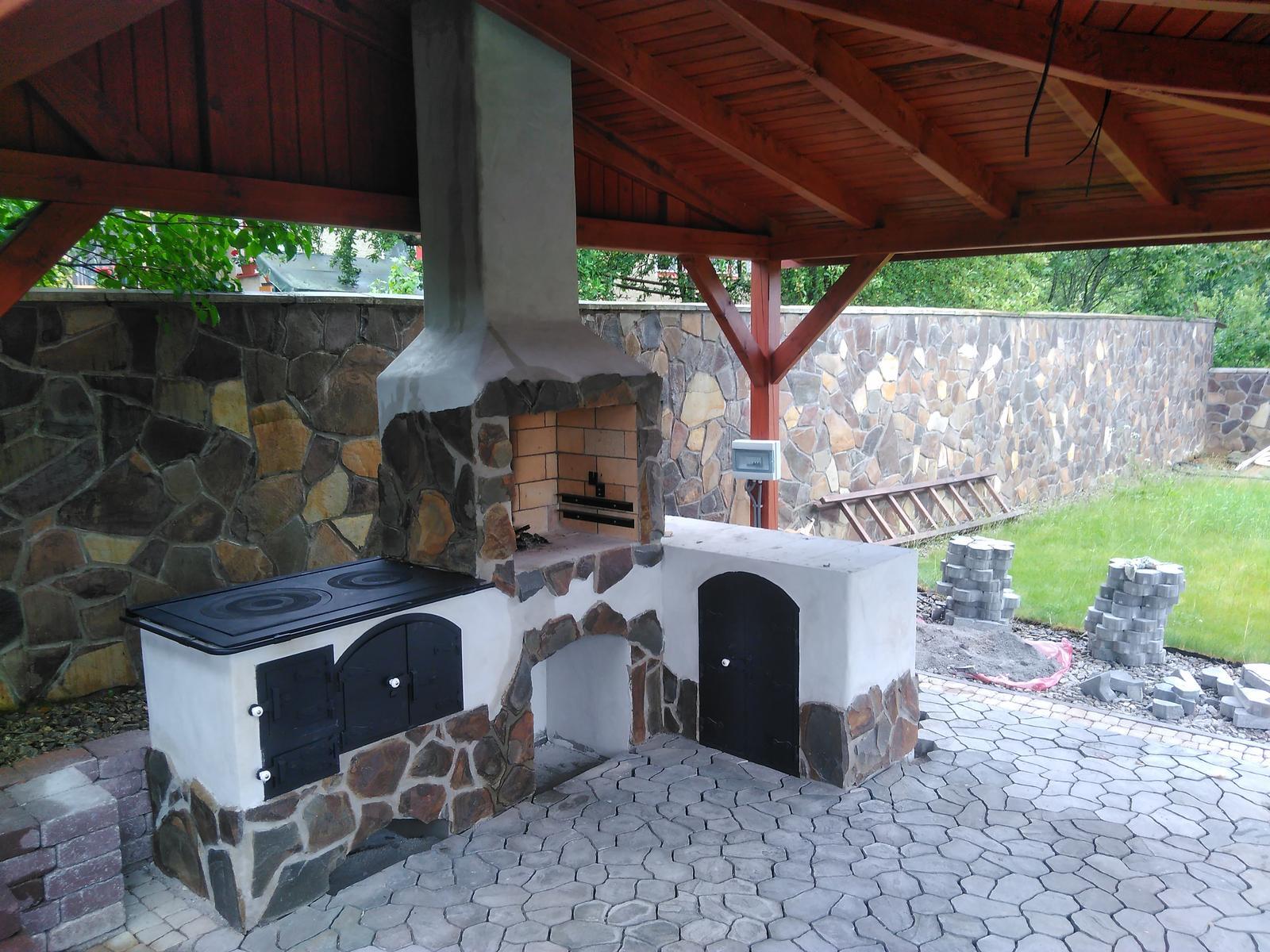 Záhradná kuchyňa - Záhradná kuchyňa - zľava sporák, gril/krb, odkladacie a úložné plochy