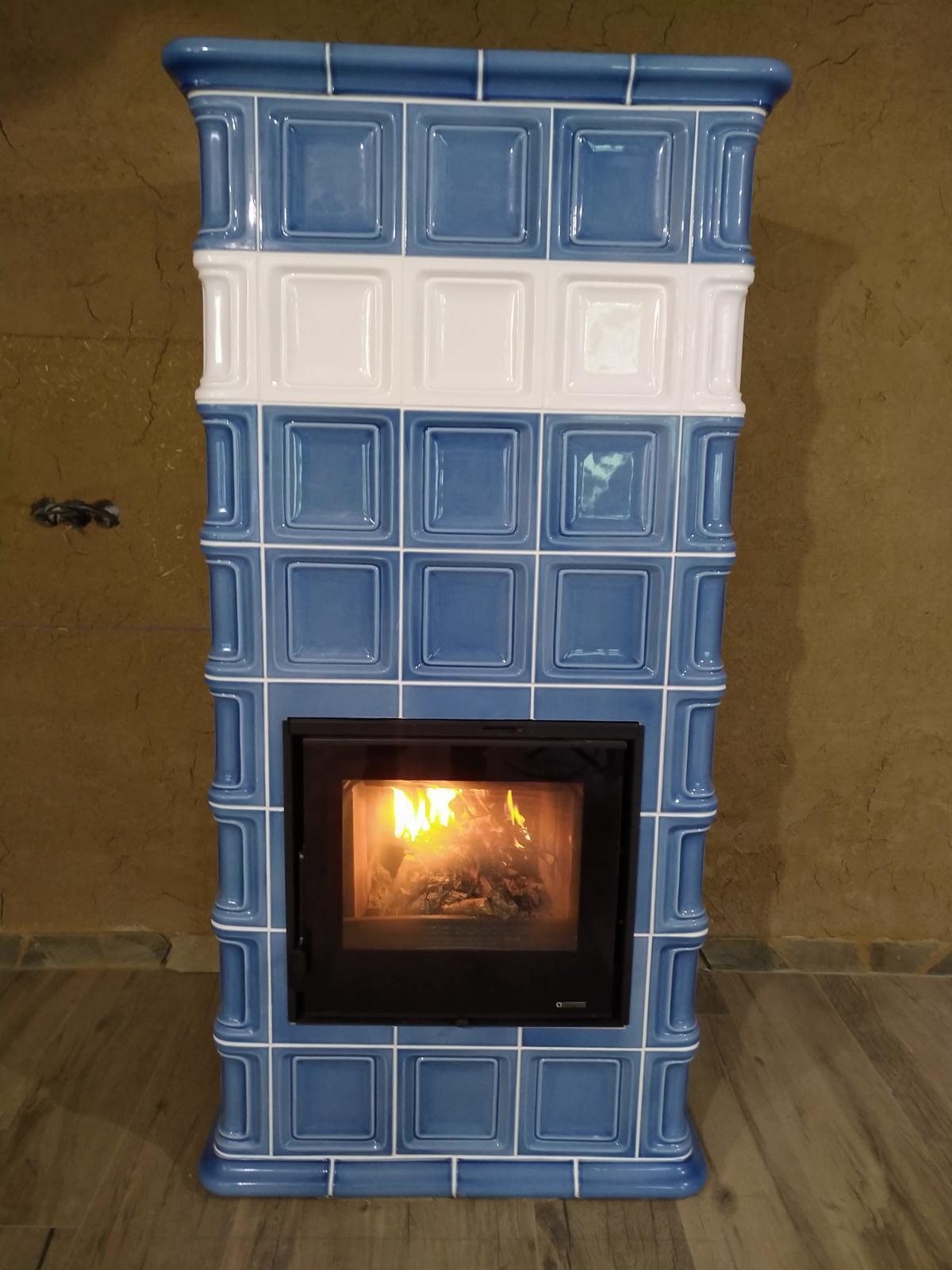 Modrý kachľový akumulačný krb - Akumulačný krb v modrom kabáte - glazúra nebeská modrá ,ohnisko La Nordica Focolare Evo 60, realizácia Lopeník /CZ