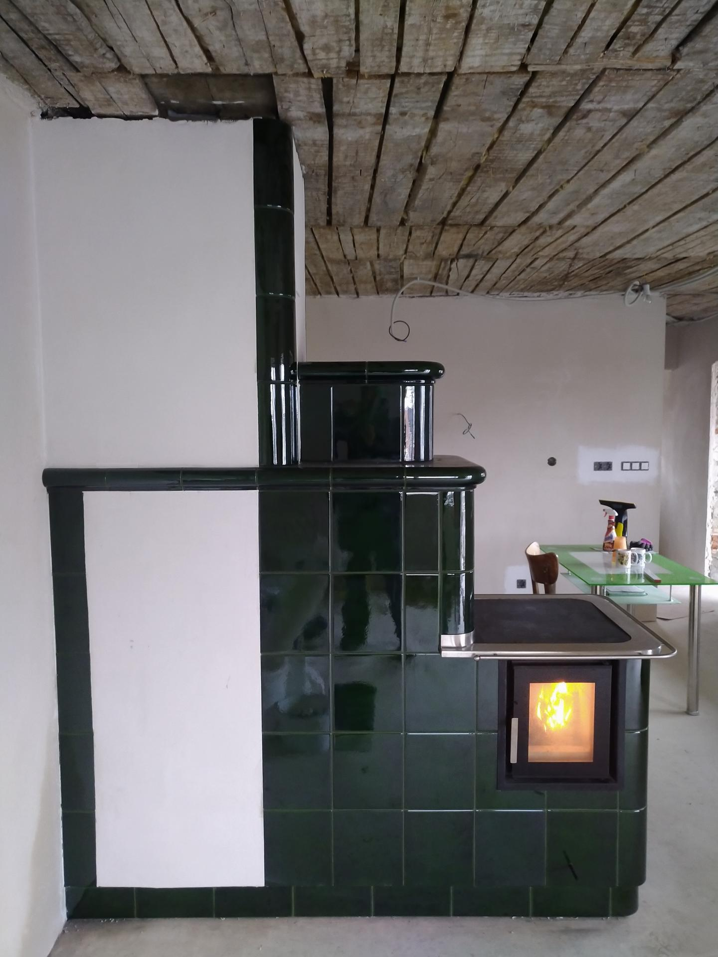 Trošku netradičný kuchynský sporák - Obojstranné prikladanie s obývačkovej strany presklené dvierka ,rúra na pečenie ,dokurovanie poschodia ...