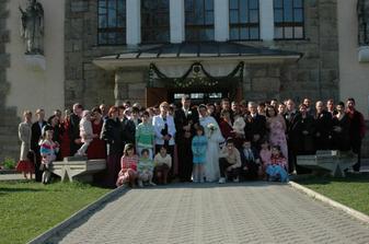 spolocna fotka pred kostolom