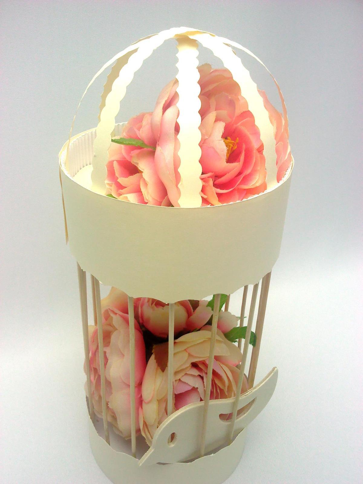 Naša Handmade :) - Klietka s vtáčikom, takisto mnou vyrobená na stoly. Pravdaže tam potom budú mušelínové kvety.