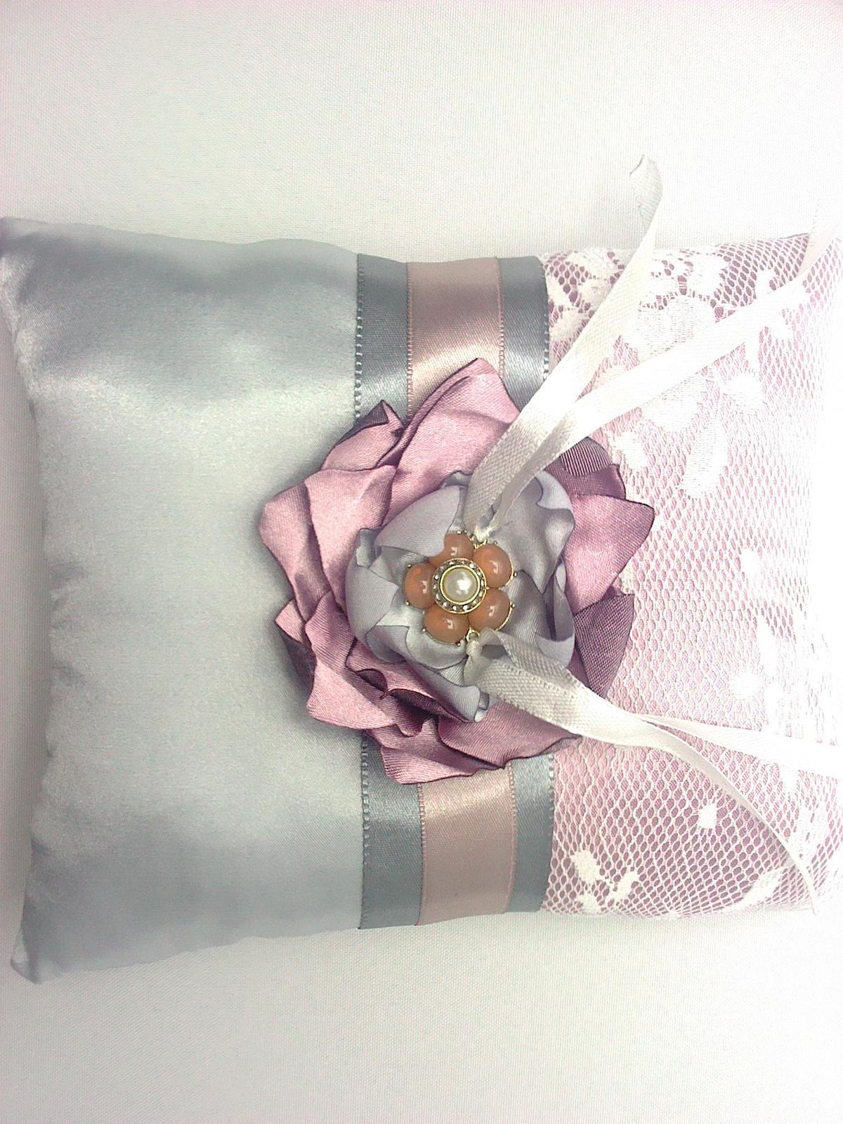 Naša Handmade :) - Vankúšik na obrúčky. Na želanie snúbenca som vyrobila v takýchto farbách. Nebude pasovať k ostatnej výzdobe, ale ani to nevadí. Nech má radosť :)