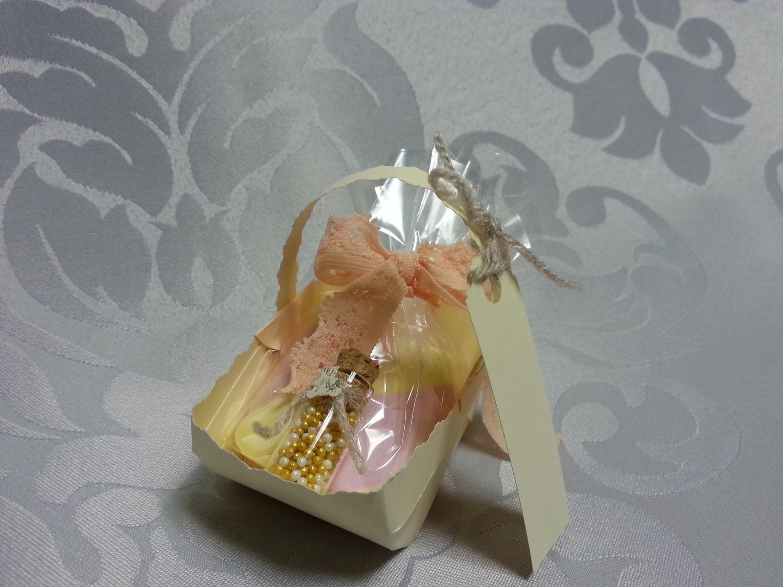 Naša Handmade :) - Košíčky ako poďakovanie hosťom. Takisto vlastnoručná výroba. Budú v nich čokoládky a v malej flaštičke zázračný piesok :)