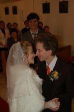 1. polibek (manželský :-)) ) v pozadí vysmátý svědek ženicha.....