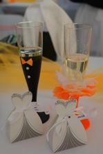 skleničky na přípitek pro hosty se jmenovky podle toho z jaké byly strany( ženich /nevěsta), tady příklad hostů od nevěsty