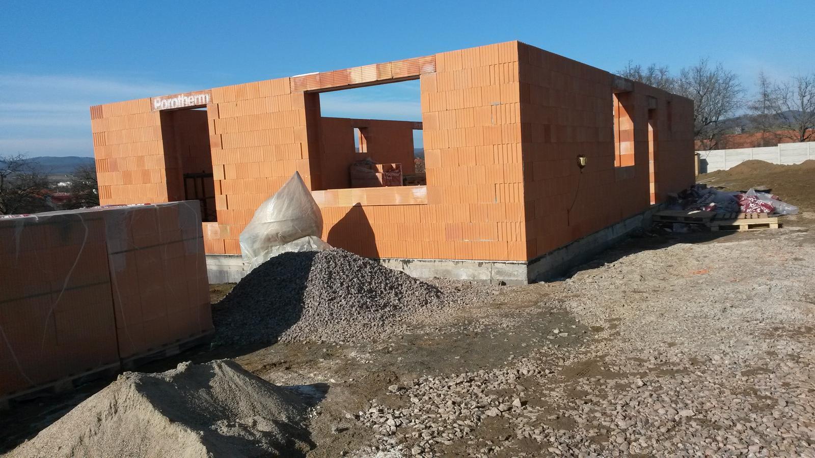 Naša stavba - Apríl Obvodové múry vytiahnuté.