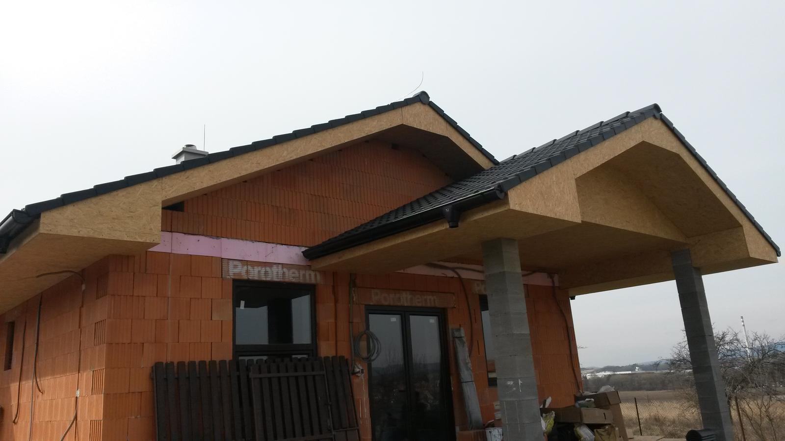 Naša stavba - Strecha a okná hotovo tesne pred Vianocami 2015.