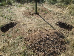 Dopoledne jsme vykopali všechny díry pro vzpěry a ještě vyvrtali otvory pro šrouby.