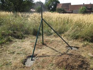 Úhel 45 st. jsme kontrolovali podle kartonového trojúhelníku. Po práci jsme ještě beton polili, bylo vedro.