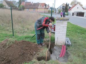 Přijel Carbi a pomohl nám s betonáží a ztraceným bedněním