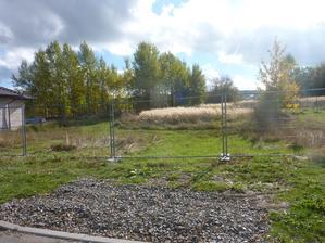 na levé straně jsou 2 pole jako vrata s kolečky