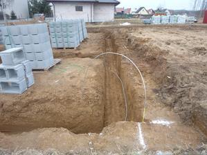 Zemnící drát je připraven k zalití