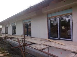 Konečně namontovaná okna a vstupní dveře - 11.5. :-(