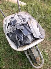 do zásypu použijeme i rozbité tašky, co tu nechali střechaři
