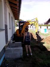 Ženuška bedlivě dohlíží na výkopové práce :-)