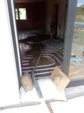 Ve čtvrtek 13.7. odpoledne se začala asi nejdůležitější část stavby pro dokončení - betonáž podlah