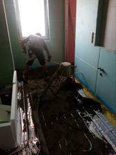 vzadu vpravo komora a už se beton láduje do koupelny