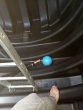 potrubí špatně drželo a tak jsem pro něj musel do nádrže