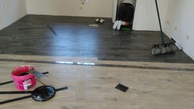 takto máme rozdělenou podlahu - tmavá je kuchyň, světlá obývák
