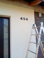 A už máme i číslo na domě - jedná se o francouzskou břidlici, líbila se nám nejvíc