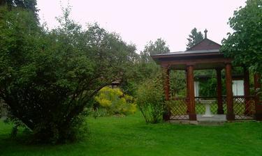 v zahradě je altánek budou krásné fotky