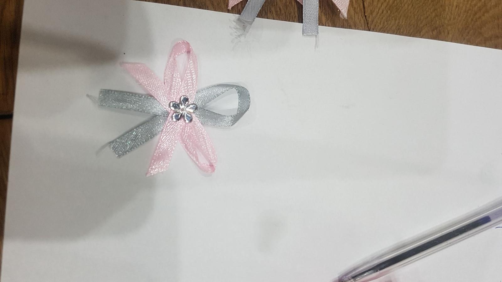 Šedo růžové vývazky s kytičkou - Obrázek č. 2