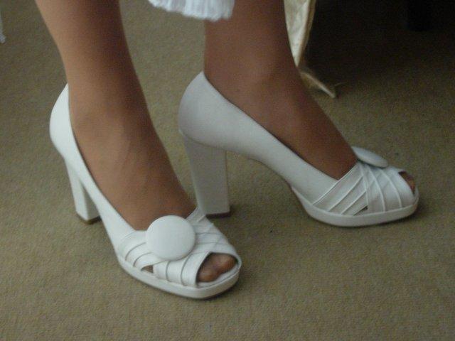 A už to máme za sebou ... 5.9.2009 - NEKOPIROVAT PROSÍM moje topánočky.Veľmi som sa pred svadbou bála, že to v nich nevydržím a nakoniec som ani nevedela, že ich mám na nôžkach. Veľmi pohodlné !