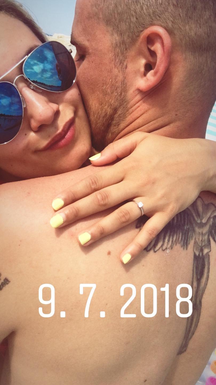 Ahoj holky, kluci😊🌸 Svatbu máme 3.8.2019 v Křečhoři u Kolína v místním dvoře, který nese jméno Dvůr Křečhoř. Myslím, že jsme našli dokonalé místo ve vzdálenosti, kterou jsme potřebovali a to, aby to nebylo daleko od Prahy, odkud pojede jedna část hostů a zároveň od Kutné Hory, Kolína a okolí. Zasnoubeni jsme od 9.7.2018, takže jsme měli/máme více jak rok na připravu. A jak to tak už v životě bývá, tak ze začátku jsme začali brzo a na podzim/zimu jsme nedělala skoro nic🤦♀️😂 Ale krom oznámení a svatebních novin a šatů máme vše. Zatím nervózní nejsem, spíše se moc těším❤️🌸 - Obrázek č. 1